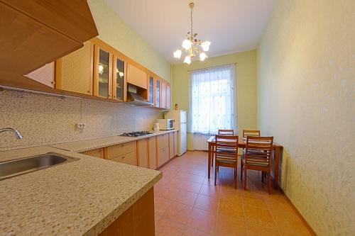 Кухня или мини-кухня в RentPiter Nevsky-96 2-room apart