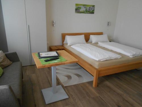 Ein Bett oder Betten in einem Zimmer der Unterkunft Weingut Gastehaus Palkowitsch