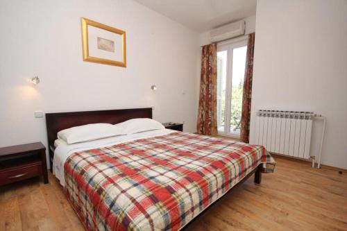 A bed or beds in a room at Apartments and rooms with parking space Mlini, Dubrovnik - 8994