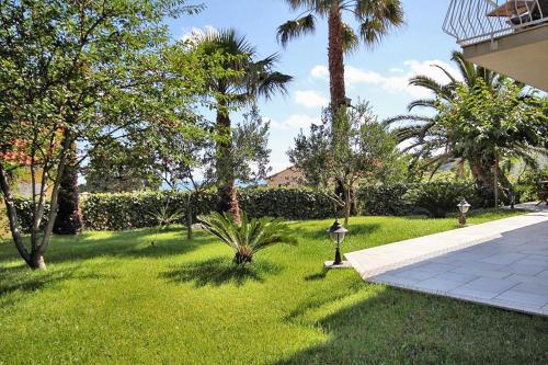A garden outside Apartments and rooms with parking space Mlini, Dubrovnik - 8994