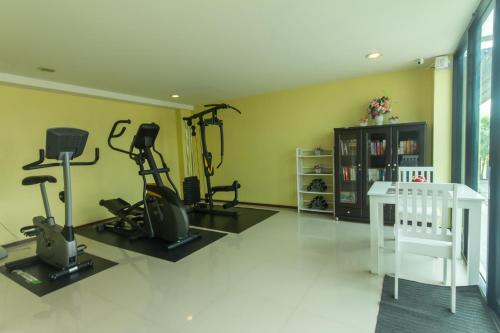 The fitness center and/or fitness facilities at Baan Nilrath Hotel