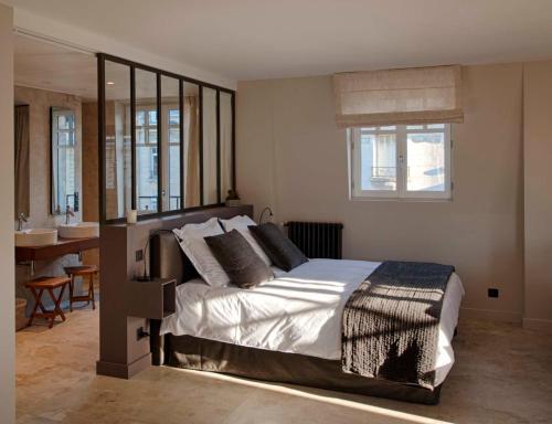 A bed or beds in a room at Les Berceaux de la Cathedrale