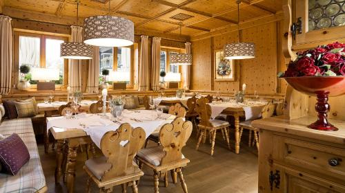 A restaurant or other place to eat at Bauer Hotel und Restaurant