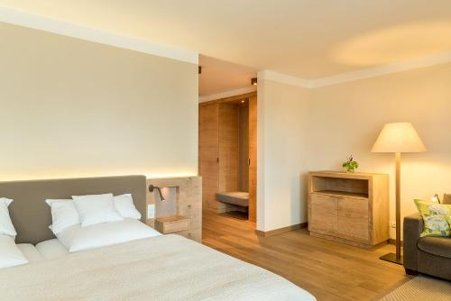 A bed or beds in a room at Bauer Hotel und Restaurant