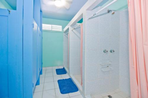 A bathroom at Sandbar Beachfront Hostel & Restaurant