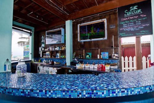Лаундж или бар в Sandbar Beachfront Hostel & Restaurant