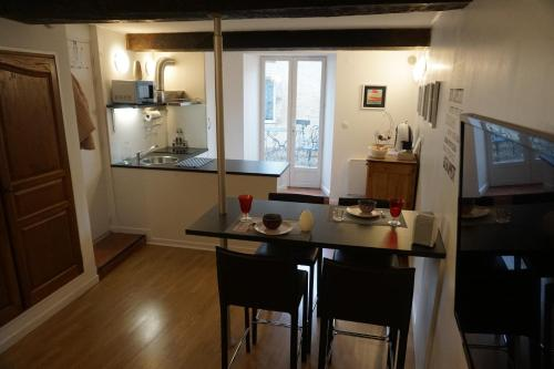 A kitchen or kitchenette at Appartement Larzilliere