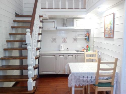 Кухня или мини-кухня в Eko Apartments 2 on Berendeyevskoi