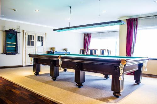 A pool table at Park Hotel Tseleyevo