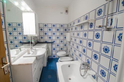 A bathroom at Appartamenti Katinanna
