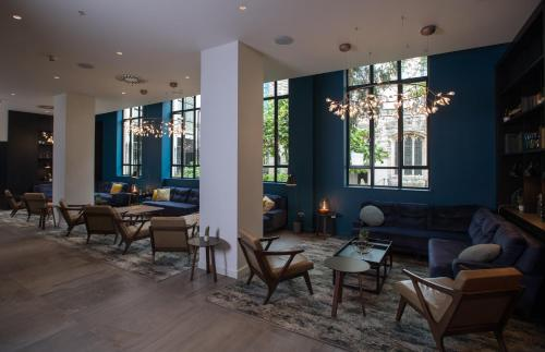 The lounge or bar area at Apex City Of London Hotel