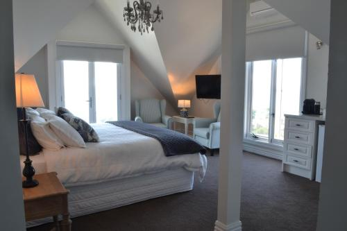 A bed or beds in a room at Sapphire Shores Luxury Retreat