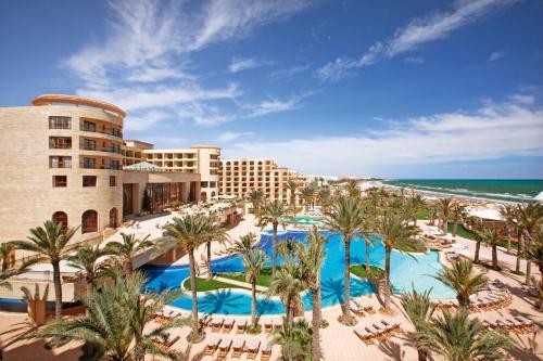Uitzicht op het zwembad bij Mövenpick Resort & Marine Spa Sousse of in de buurt