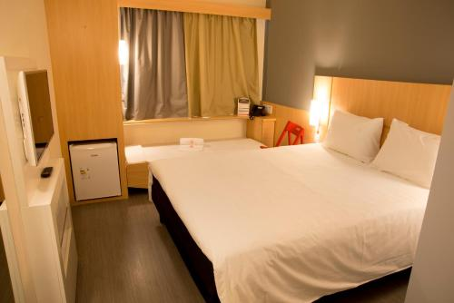A bed or beds in a room at ibis Colatina