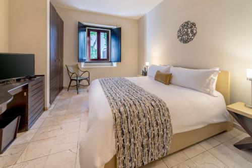 A bed or beds in a room at Hodelpa Nicolás de Ovando