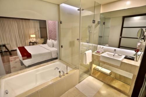 A bathroom at Hotel Royal Orchid, Jaipur