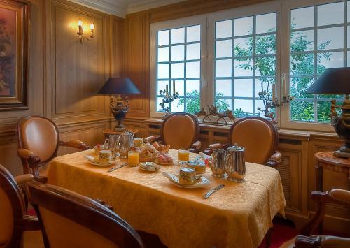 A restaurant or other place to eat at Hôtel de Varenne