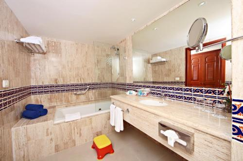 A bathroom at Bahia Principe Grand Coba - All Inclusive