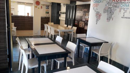 A restaurant or other place to eat at Mecasa Hotel