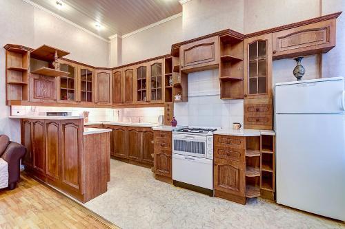 Кухня или мини-кухня в Апартамент №2 на Мойка 27