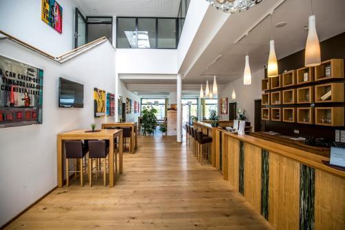 Ein Restaurant oder anderes Speiselokal in der Unterkunft Seenario - Art & Health Hotel am See