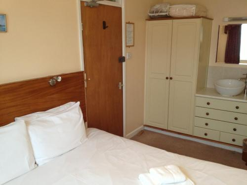 A bed or beds in a room at Grisnoir Guest House
