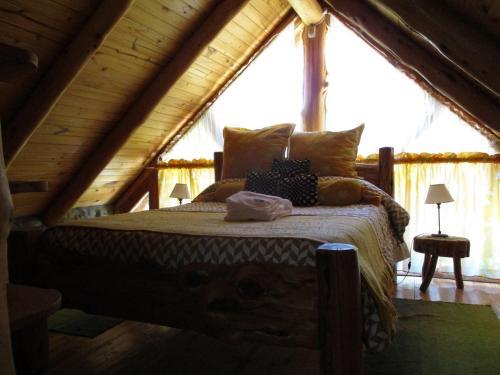 Una cama o camas en una habitación de Paraiso Bariloche