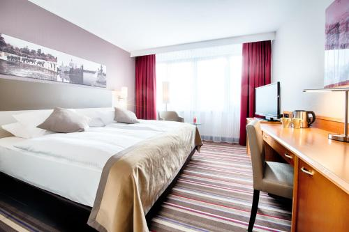 A bed or beds in a room at Leonardo Hotel Hannover