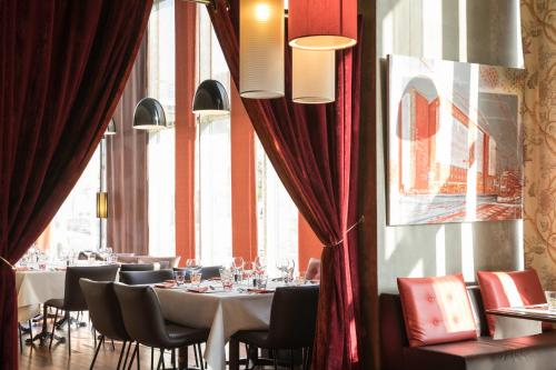 A restaurant or other place to eat at Mercure Lyon Centre - Gare Part Dieu