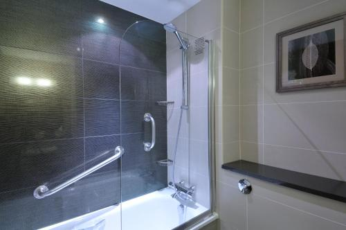 A bathroom at DoubleTree by Hilton London – West End