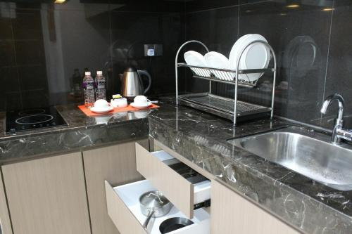 A kitchen or kitchenette at The Centro Hotel & Residence By Orchardz