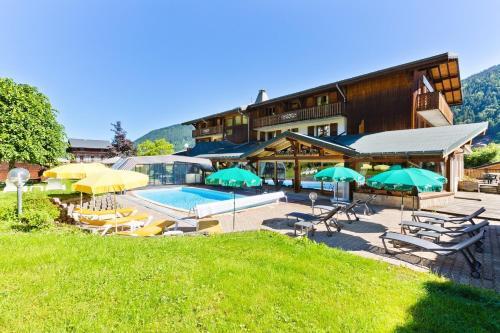 Bazén v ubytování Logis Hotel Les Bruyères nebo v jeho okolí