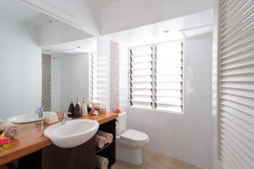 A bathroom at Musket Cove Island Resort