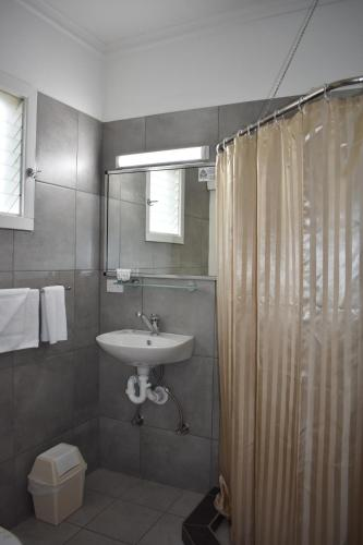 A bathroom at Mountain View Motel