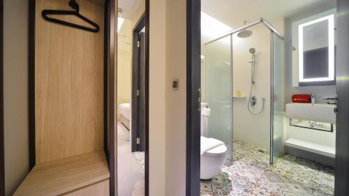 A bathroom at ZEN Rooms Boat Quay