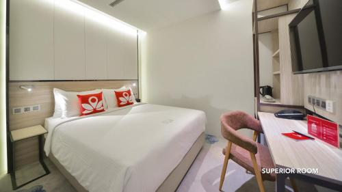A bed or beds in a room at ZEN Rooms Boat Quay