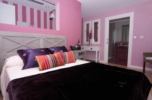 A bed or beds in a room at Hospedería el Puerto