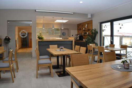 Ein Restaurant oder anderes Speiselokal in der Unterkunft Brigel-Hof
