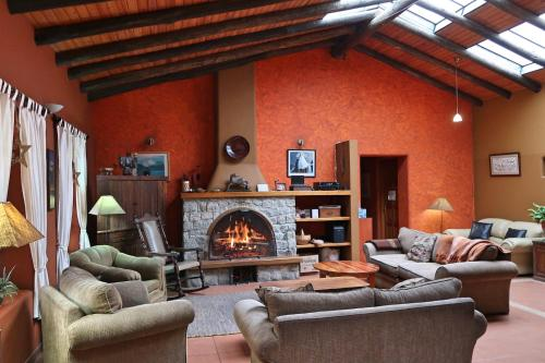 Coin salon dans l'établissement The Lazy Dog Inn a Mountain Lodge