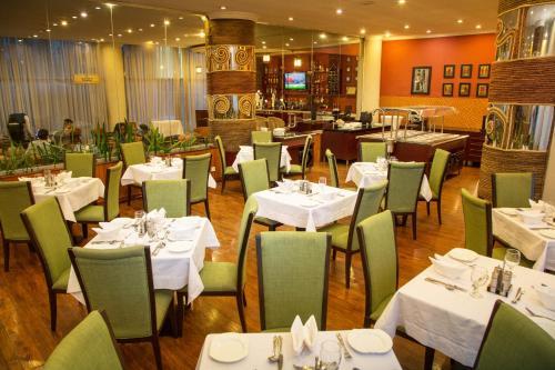 Un restaurante o sitio para comer en Jupiter International Hotel - Bole