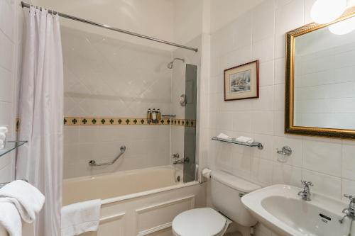 A bathroom at Dalhousie Castle Hotel
