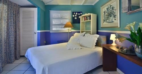 A bed or beds in a room at Beach House Aruba Apartments