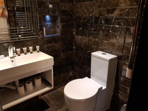 Ett badrum på Duke Of Leinster Hotel
