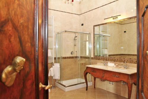 Salle de bains dans l'établissement Pesaro Palace