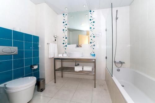 A bathroom at Hotel Praia