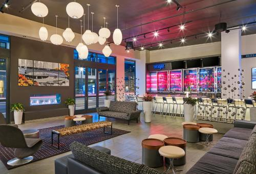 The lounge or bar area at Aloft South Bend