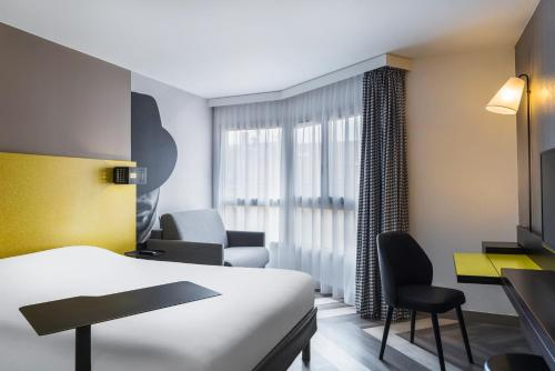 A bed or beds in a room at Ibis Styles Nice Centre Port