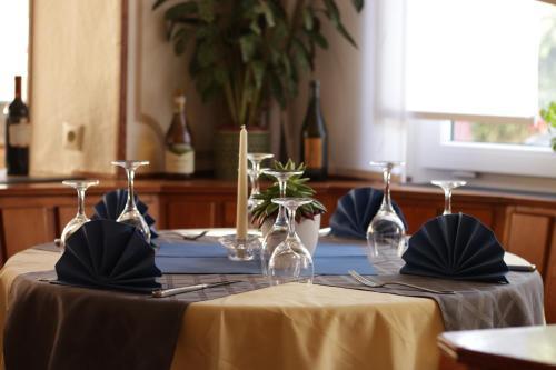 Ein Restaurant oder anderes Speiselokal in der Unterkunft Hotel Ristorante Ätna