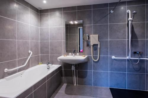A bathroom at Hôtel Les Ursulines