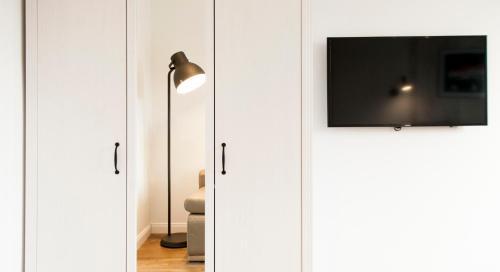 Telewizja i/lub zestaw kina domowego w obiekcie Family Luxury Comfort Old Town Apartament, 1-8, 2 sypialnie i salon, parking w cenie